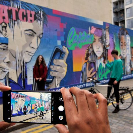 PhotoBite - Honor Shines a Light on Mobile use with London Graffiti Installation