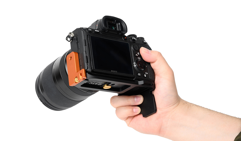 STC Fogrip Sony a7RIV in hand